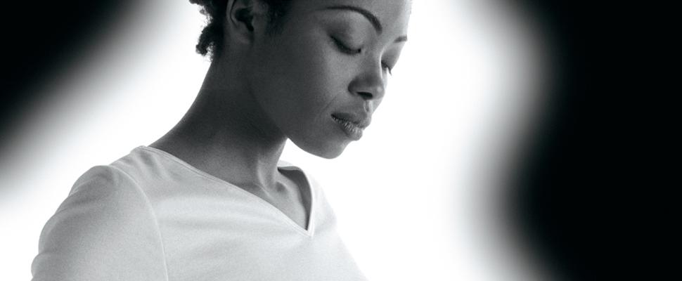 Immagine ragazza di colore con maglietta bianca Liberti. Studio grafico