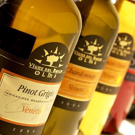 immagine packaging Vigne del Bosco Olmè. Grafica H&P di Treviso progetta il design di etichette vini e liquori autoadesive in bobina. Realizza la grafica del Pack per bottiglie in vetro e alimentari in genere
