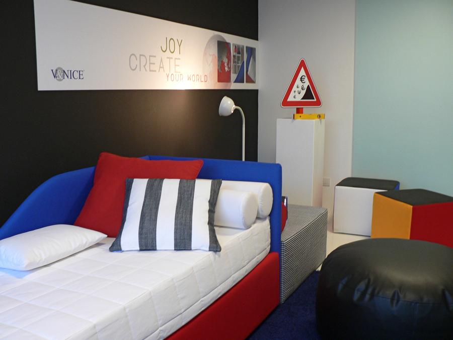 Immagine show room V&Nice. Lo studio pubblicitario H&P grazie alla propria agenzia grafica e di comunicazione vi aiuta nella progettazioone e realizzazione di stand e spazi espositivi per fiere, eventi, meeting, esposizioni, musei, rappresentazioni.