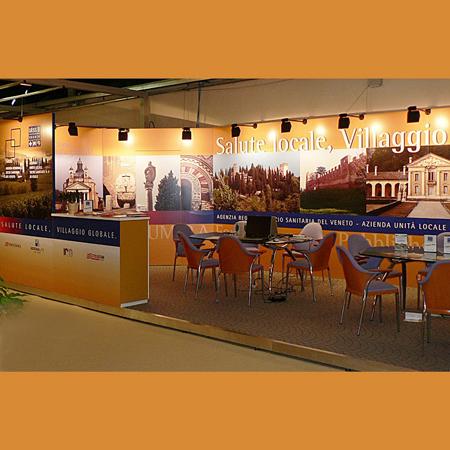 Immagine stand espositivo Ulss8 Asolo. progettazione, elaborazione virtuale( rendering 3D) del progetto stand fiera / spazio espositivo coordinato alla vostra grafica, cura di ogni permesso e pratica burocratica e, realizzazione dell'allestimento. Agenzia di comunicazione H&P Treviso