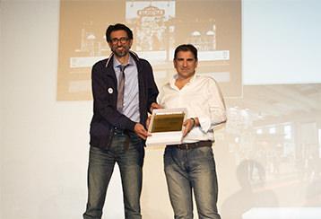 Holbein & Partners sul palco per ricevere la Targa d'Oro di OpenArtAwards